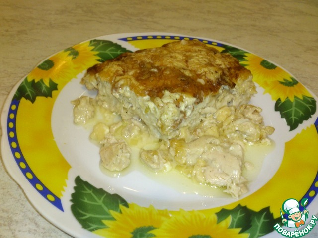 На гарнир, обычно, делаем картофельное пюре. Сверху, или сбоку, укладываем филе. Картошку слегка поливаем соком с противня. Украшать можно зеленью и огурчиками.