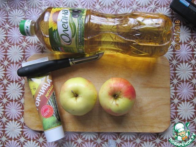 Яблоки почистить, удалить сердцевину и порезать на ломтики. Добавить к яблоками 50 мл. воды, лимонный сок и сахар и тушить под крышкой, периодически помешивая. Тушить до готовности, яблоки должны легко растираться в пире ложкой.