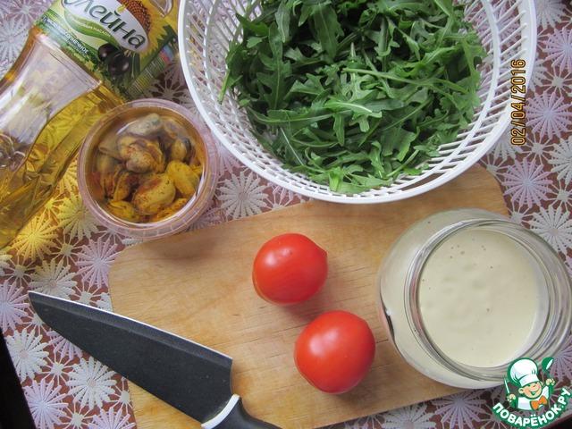 Готовый соус остудить и использовать по назначению. Я приготовила салат с мидиями. Взяла салат руккола, томаты и мидии в масле с пряностями. Заправить постным яблочным майонезом.   Поститесь постом приятным!