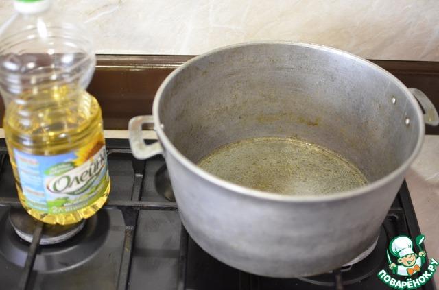 Для обжарки грибов я беру большой казан. Но если такого не имеется, можно взять большую сковороду с высокими краями. Наливаем подсолнечное масло в казан, хорошо нагреваем, на самом большом огне.