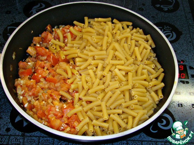 К обжаренным овощам всыпать пачку макарон.
