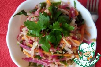 Салат из розовой редьки с семечками и яблоком