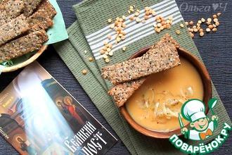 Гороховый суп с луком и ржаными хлебцами