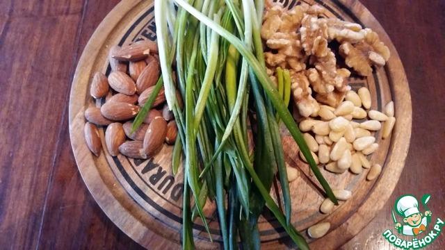 Для соуса понадобится черемша, оливковое масло и любые орехи.