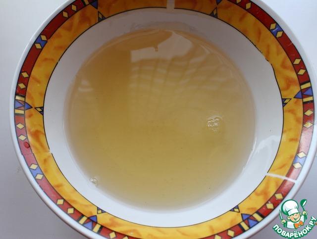 В другой емкости смешать жидкие ингредиенты: воду, рассол и уксус.