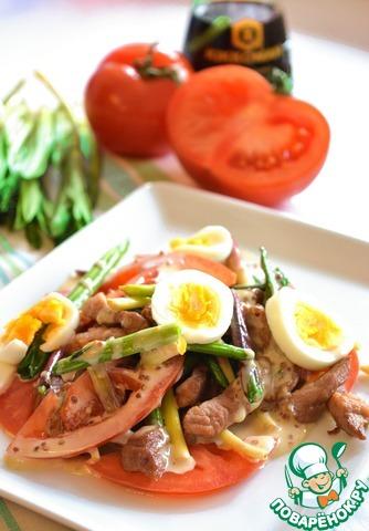 Смешайте нарезанный помидор со свининой и черемшой, полейте заправкой, сверху положите кружочки вареного яйца.    Уверяю - это оооочень вкусно!