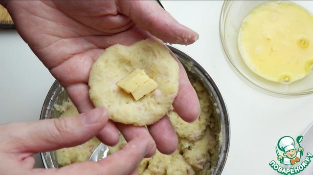 """Теперь формируем шарики. Для этого нужно взять немного картофельного теста, сделать из него """"блинчик"""". В середину положить сыр и сформировать шарик."""