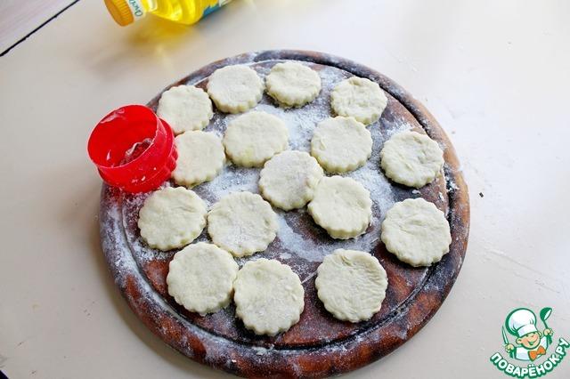 Раскатать тесто в пласт, толщиной примерно 5 мм. Выдавите фигурками печенье.