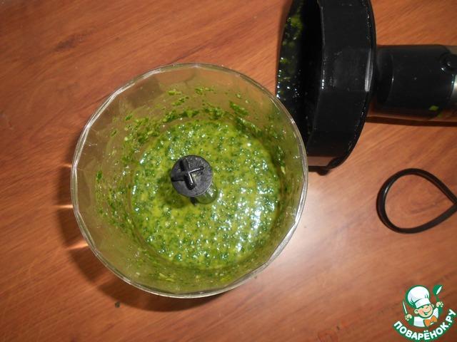 В чашу блендера выложить половину зелени и половину растительного масла. Взбить. Затем прибавить потихоньку то зелени, то масла. Взбить до однородной массы.