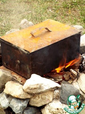 Поставить коптильню на огонь, угли должны постоянно хорошо гореть.   Коптить грудку 40 минут.