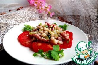 Салат с фасолью, соленым огурцом и колбасой