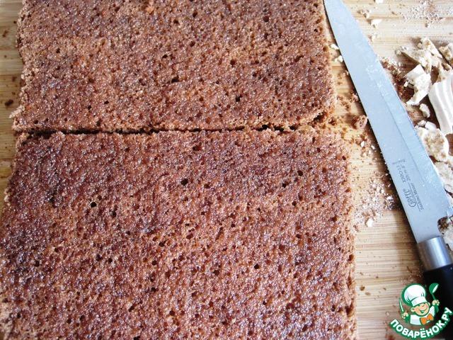 Сварим простой сахарный сироп: для этого в небольшом сотейнике соединим сахар и воду, прокипятим несколько минут до полного растворения сахара и остудим сироп до тёплого.   Бисквиты разрезаем горизонтально пополам, получаем 4 коржа.     Для торта мне понадобилось три бисквитных коржа. Каждый корж (в том числе и безейные коржи) подравниваем с боков, чтобы они совпали по размеру. Бисквитные коржи промазываем сиропом с помощью кисточки и даём полежать, пока готовится крем.