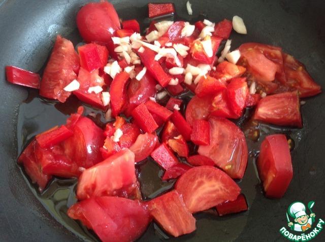 Помидоры и перец нарезать крупным кубиком. Чеснок измельчить ножом.    В небольшом количестве растительного масла поставить тушить овощи с чесноком до мягкости.