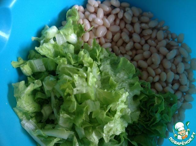 К отварной фасоли добавить порезанные листья салата.
