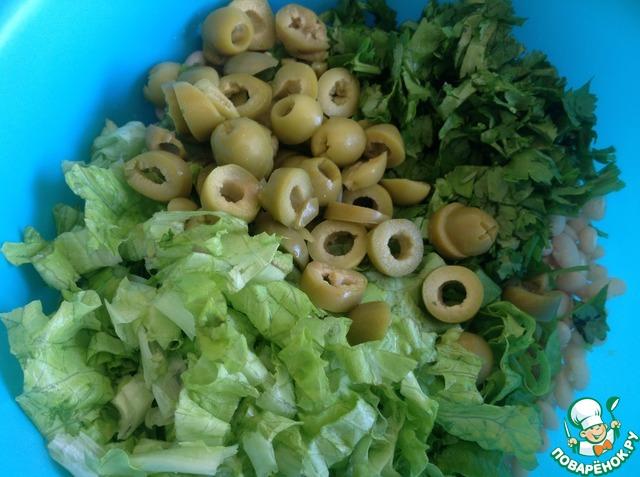 Кинзу мелко нашинковать, оливки порезать кружочками.