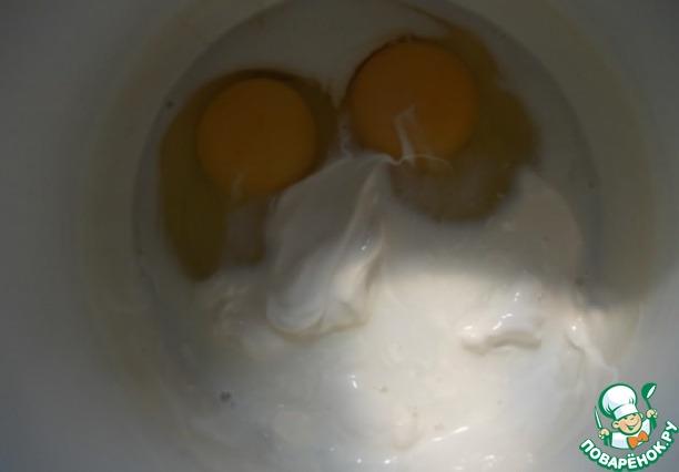 Сливки смешиваем с яйцами.