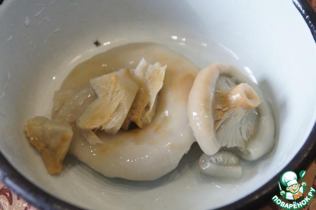 Грибы (у меня домашние соленые грузди)    хорошо промыть холодной водой и нарезать ломтиками или толстой соломкой.