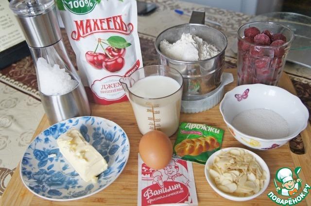Подготовить продукты.   Тесто можно приготовить в хлебопечке, а можно замесить и руками.    Замороженные ягоды надо предварительно разморозить и откинуть на дуршлаг, чтобы стек сок.