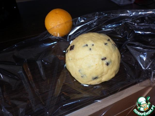 Собрать тесто в шар, обернуть пищевой плёнкой и убрать в холодильник на 30 минут.