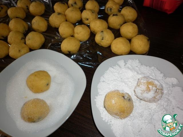 Из охлаждённого теста скатать шарики, величиной с грецкий орех.   Каждый шарик обвалять в сахарном песке, затем в сахарной пудре.