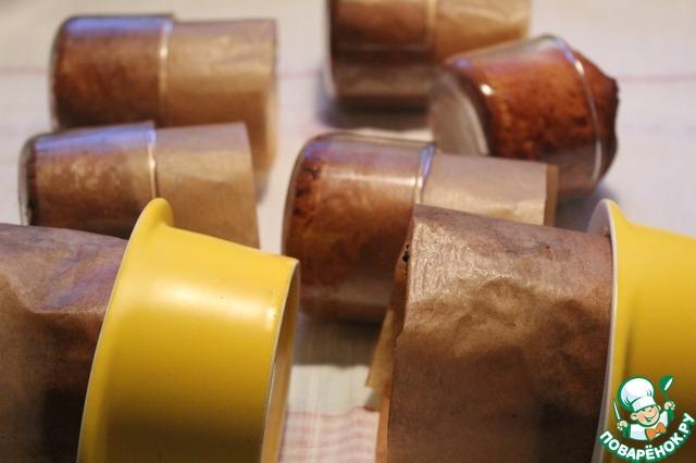 Вынимаем аккуратно из духовки и переворачиваем формы на бок.