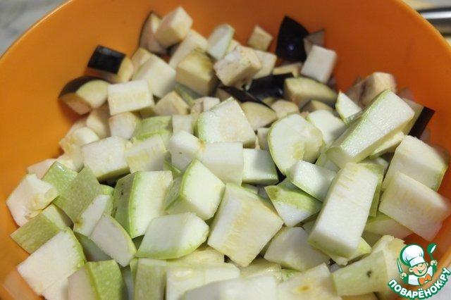"""Баклажаны и кабачки нарезаем мелким кубиком. Кабачки я порезала крупнее баклажанов, т. к. они быстрее готовятся.    В чашу мультиварки всыпаем нарезанные овощи и ставим программу """"Поджаривание"""" на 20-30 минут. Если такого режима нет, то в режим """"Выпечка"""" на 20 минут."""