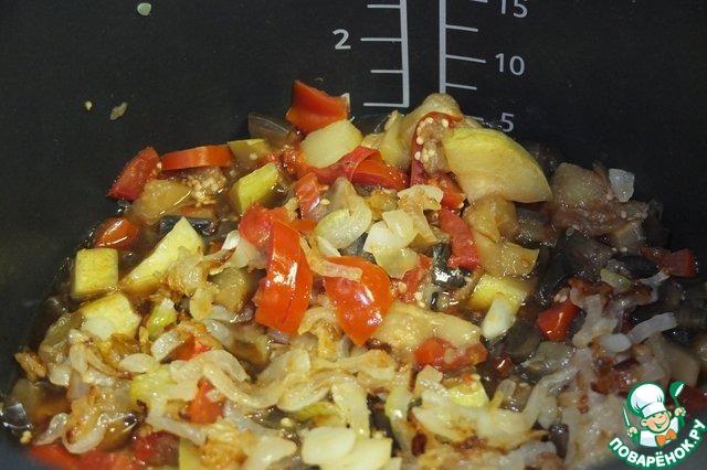 """По окончании программы """"Тушение"""" к кабачку, баклажанам и помидорам добавляем пассерованный лук и чеснок. Солим, перчим, добавляем по вкусу специи. Я использовала только черный молотый перец."""