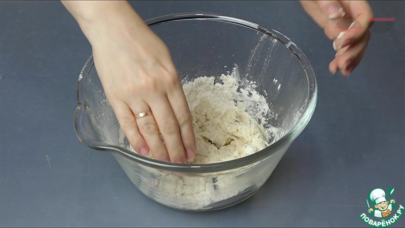 Делим муку на две части. Одну часть смешиваем с холодной водой, вторую - с кипятком. Затем соединяем все вместе и вымешиваем тесто.    Оставляем тесто в миске под мокрым полотенцем на 10 - 15 минут. Затем, подсыпая немного муки, еще месим, чтоб тесто не липло к рукам.