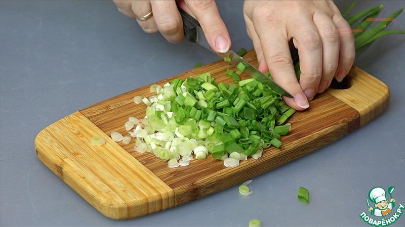 Режем лук для начинки.    Тесто делим на 3 части.