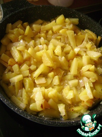 Выложить в сковороду картофель и жарить его с луком до румяности, помешивая.