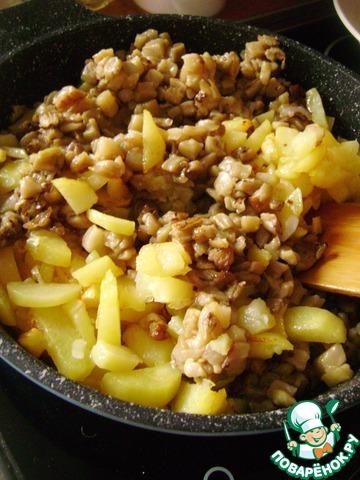 Добавить к картофелю баклажаны, посолить и поперчить по вкусу. Аккуратно перемешать и дать прогреться вместе пару минут.