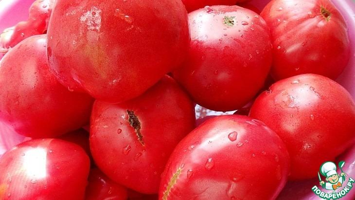 Помидоры вымыть, разрезать на части, вырезав плодоножки.