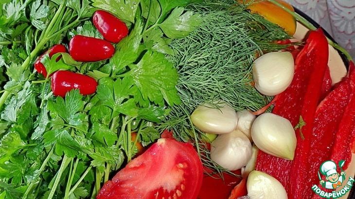 Чеснок очистить, вымыть.   У сладкого перца удалить плодоножку и семена, вымыть, разрезать на 4-6 частей.    Зелень вымыть, отряхнуть влагу.