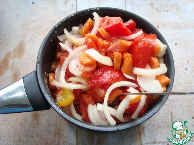 Берём посуду с толстым дном.    Я взяла сотейник.     Овощи: помидор, лук, морковь, перец болгарский, перец чили, чеснок и яблоко режем произвольно.     Кладём сахар, соль, масло подсолнечное, лавровый лист и душистый перец. Перемешиваем и даём постоять, чтобы выделился сок-примерно минут 30.