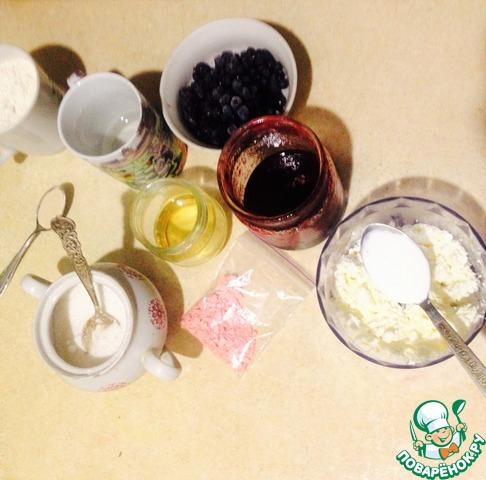 Подготавливаем нужные ингредиенты (у меня здесь еще и ингредиенты для теста). Тесто я делала по этому рецепту http://www.povarenok .ru/recipes/show/625  98/    заняло минимум времени, а получилось, как будто бы полдня возилась.