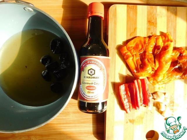Я запекала таким образом несколько перцев, но для рецепта нужен всего один. Итак, с остывшего перца снимаем обугленную кожицу, оставив немного для аромата. Произвольно нарезаем запечённый перец и чили, а также чеснок.   В сотейник выкладываем чернослив, добавляем яблочный сок. Доводим до кипения, накрываем крышкой и оставляем томиться на медленном огне до полного размягчения чернослива.