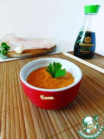 Пару столовых ложек соуса отложим для приготовления куриного филе, в остальной соус вмешиваем мелко порубленную зелень петрушки.