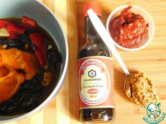 Как только чернослив можно будет легко раздавить лопаточкой, добавляем в сотейник кленовый сироп, патоку, нарезанные перцы и чеснок.