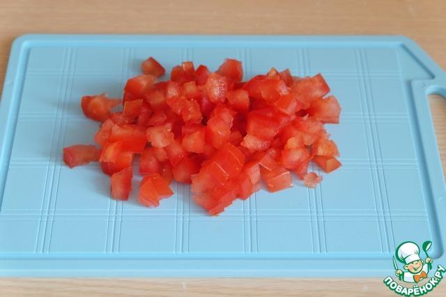Из помидора удалить семена и лишнюю влагу. Помидорную чашечку порезать мелкими кубиками.