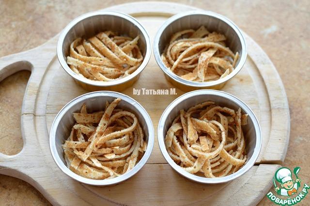 Блинчики порезать соломкой и выложить в порционные формочки (у меня по 100 г каждая);