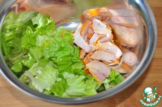 Листья салата моем, обсушиваем бумажным полотенцем. С копчёного куриного окорочка срезаем мякоть и режем кусочками. Можете брать любое копчёное мясо, хотя в рецепте именно окорочок, видимо, самый бюджетный по тем временам.    Если вы против копчёностей, берите варёное мясо или курицу, но вкус будет уже совсем другой.