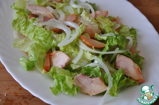 """Смешиваем маринованный лук, листья салата и копчёную курицу. В оставшийся от лука маринад добавляем растительное масло и заливаем салат этой заправкой. Кладём салат на блюдо. Это и есть рецепт """"Гусарского"""" салата."""
