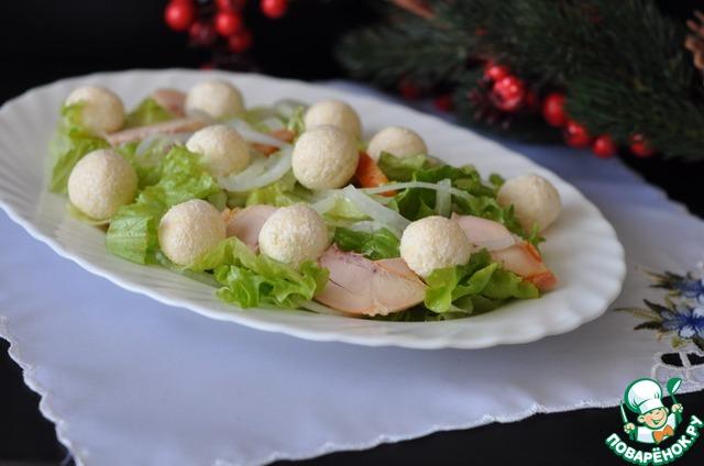 Кладём эти шарики сверху салата. Подаём салат охлаждённым, посыпав свежемолотой смесью перцев.   Всего Вам доброго в Новом году!