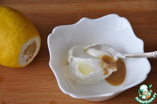 Можно делать этот салат с майонезом, но многие сейчас стали противниками этого соуса. Да и хочется какую-то менее жирно-калорийную заправку к Новогоднему салату.   Поэтому предлагаю Вам рецепт соуса, который прижился у меня.    Смешиваем сметану или йогурт без добавок, острую горчицу, оливковое масло, сок лимона, соль.