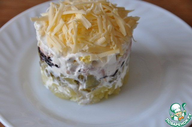 Посыпаем салат сверху тёртым сыром, снимаем кольцо.