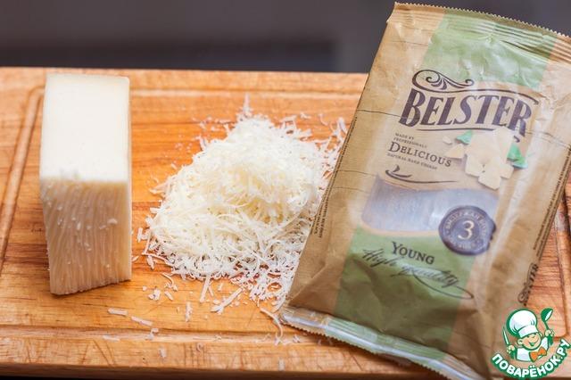 """Для сырных чипсов нам понадобится качественный твердый сыр. Я использовала сыр """"Бельстер Янг"""" Белебеевского МК. Натрите его на мелкой терке."""
