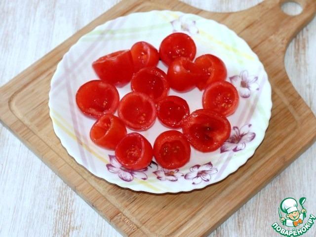 1. Режем помидорки черри пополам, чайной ложкой удаляем мякоть.