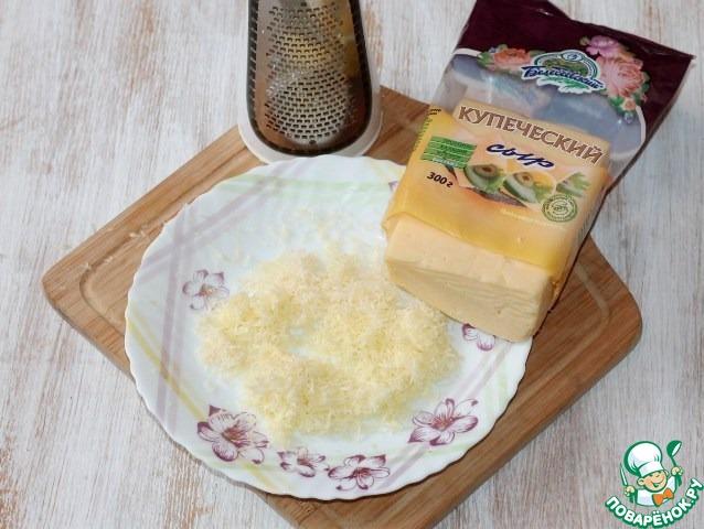 2. Трем твердый сыр на мелкой терке.