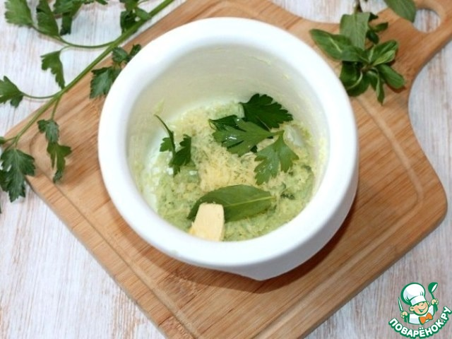 6. К мякоти сельдерея добавляем 1 ст. л. мягкого сыра, оставшийся твердый сыр, желток, 2 листика петрушки, 2 листика мяты, измельчаем блендером. Солим, перчим. Масса должна быть густая. Выкладываем зеленую массу в корнетик или пищевой пакетик, охлаждаем.