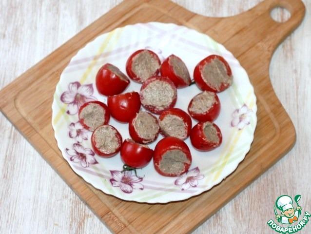 7. Заполняем половинки помидорок грибным паштетом.